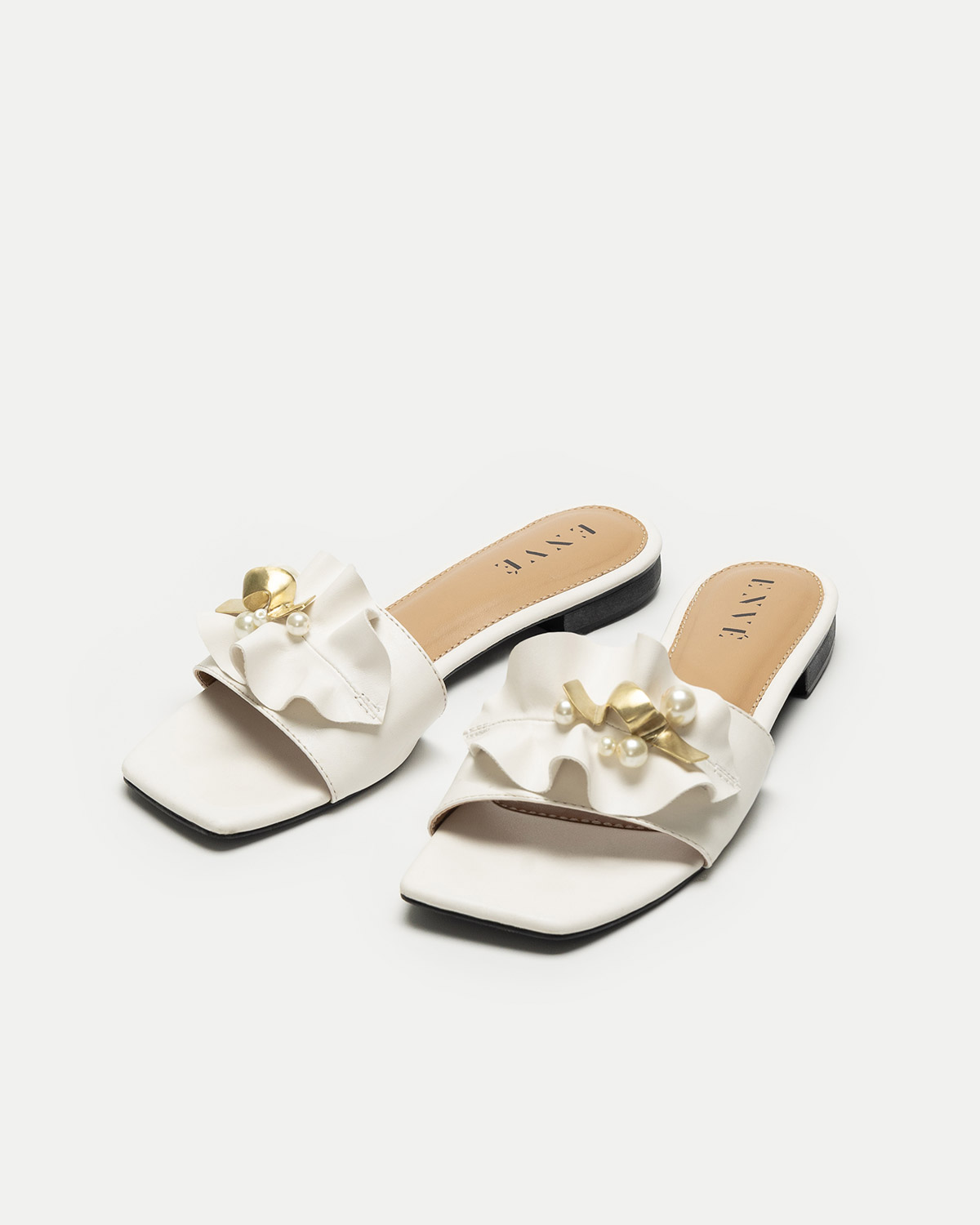 Sena in White (SIZE 39)